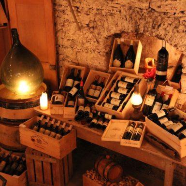 Keller | Weindekoratin im Weinkeller